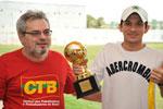 O diretor do Sindicato, Robério Ximenes, entrega o prêmio de artilheiro ao atleta Jorge Cláudio, do Bradesco