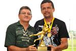 O melhor goleiro, Marcos, da AABB, recebe o troféu das mãos do diretor do Sindicato, Carlos Titara